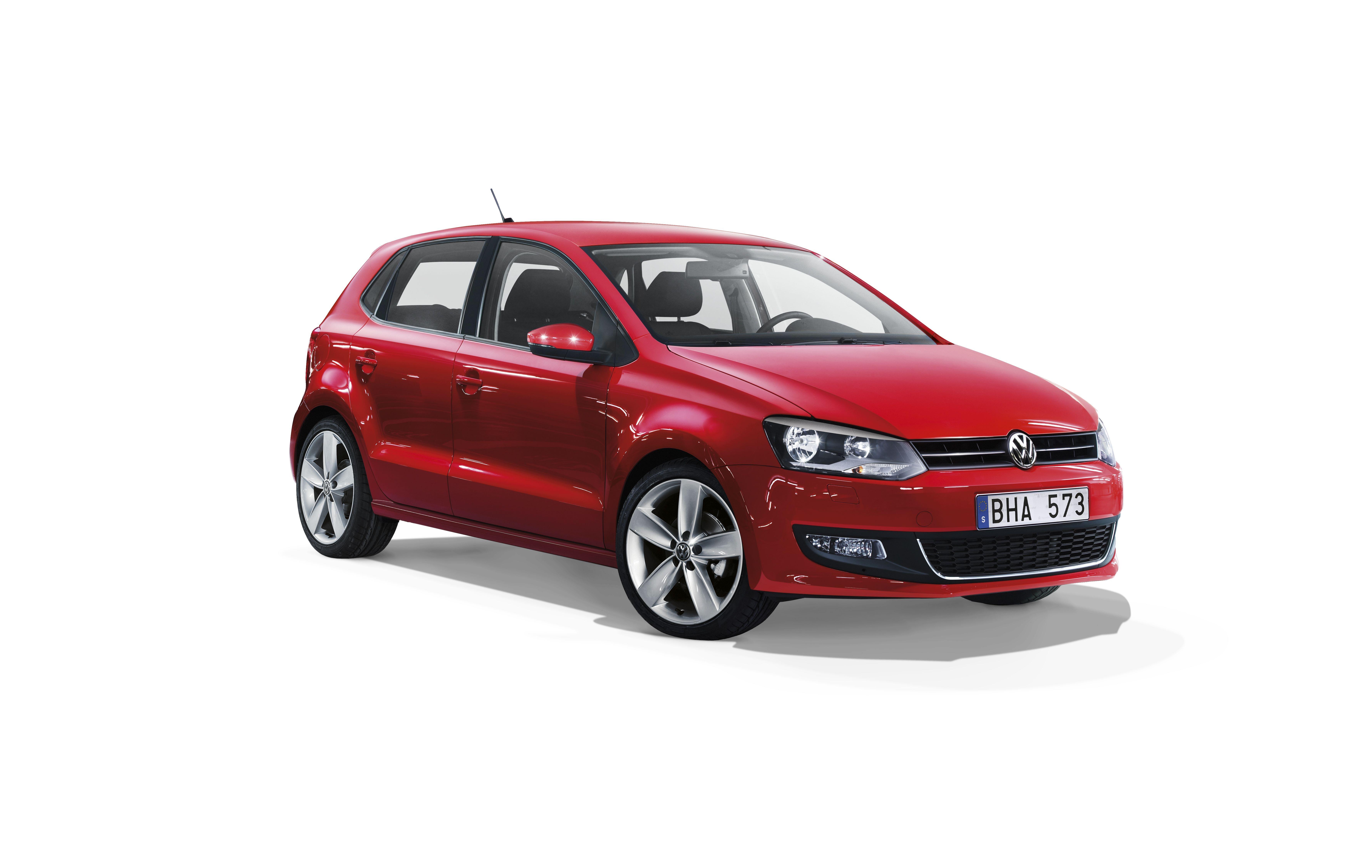 Röd Volkswagen Polo med vit bakgrund